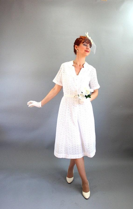 Sale - Vintage 1950s White Eyelet Dress. Mad Men Fashion. Day Dress. Weddings. Bridal. Fall Fashion. Spring Fashion. Size Large