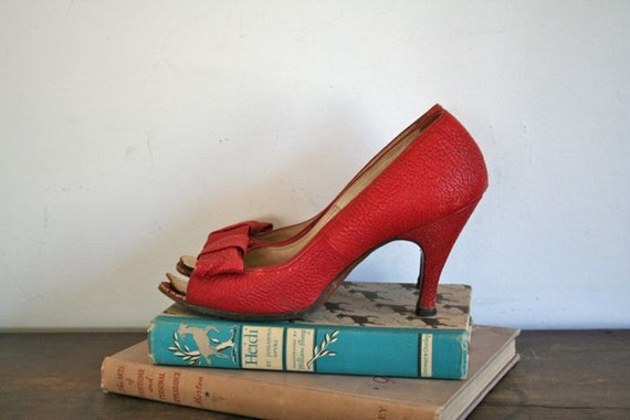 vintage 50s red shoes - BOW peep toe high heels / sz 7 (as is)