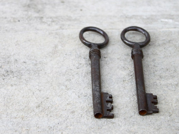 Vintage skeleton keys, Two French keys