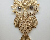 Vintage articulated gold Owl pendant necklace from 1960s or 1970s in excellent condition. Long goldtone chain, movable eyes, head, tail.