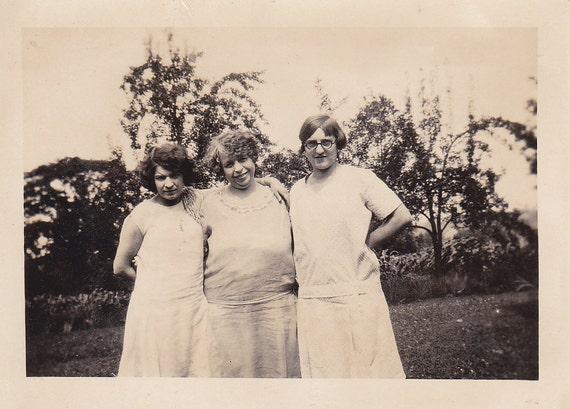 Three Girls - Vintage Photograph, Vernacular, Found Photo  (ZZ)