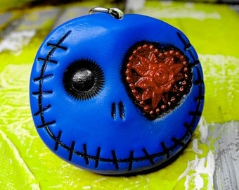 Navy blue skull keychain with a great red heart in his eye. Brooch, keychain, pendant or magnet (you choose)