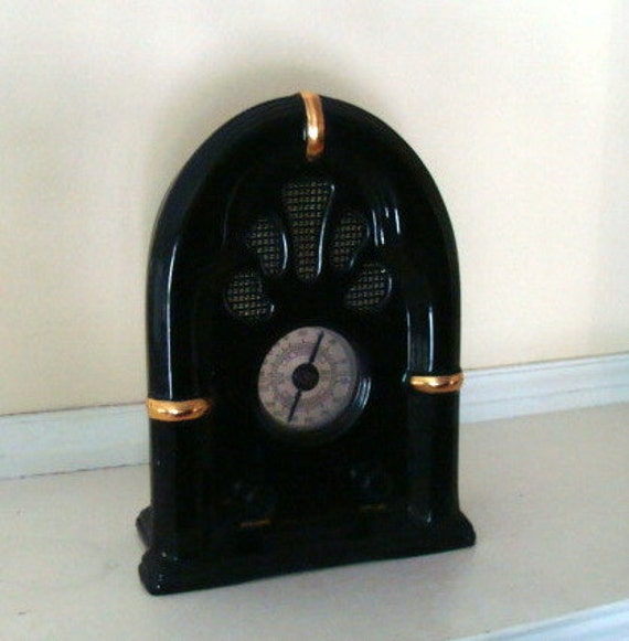 Vintage Retro Porcelain Cathedral style Radio AM/FM Works great