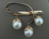 pearl brooch, pearl jewelry, dangles brooch, minimalist jewelry, minimalist brooch, designer signed brooch, Napier jewelry, Napier brooch