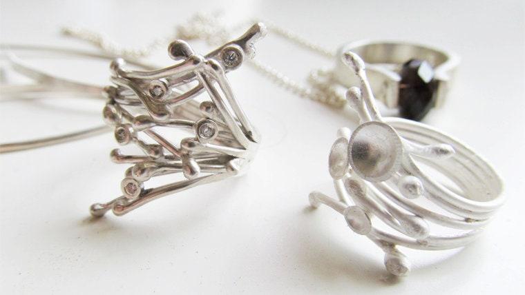 设计出带有雕塑风格的珠宝首饰
