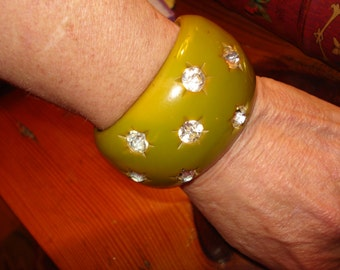 "Majestic 1 5/8"" Wide Olive Green Marbled & CARVED Vintage BAKELITE (Verified) CUFF W/Inset Headlight Rhinestones - 1930's/1940's"