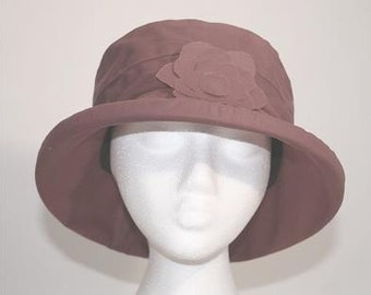 Waxed cotton rain hat in Burgundy
