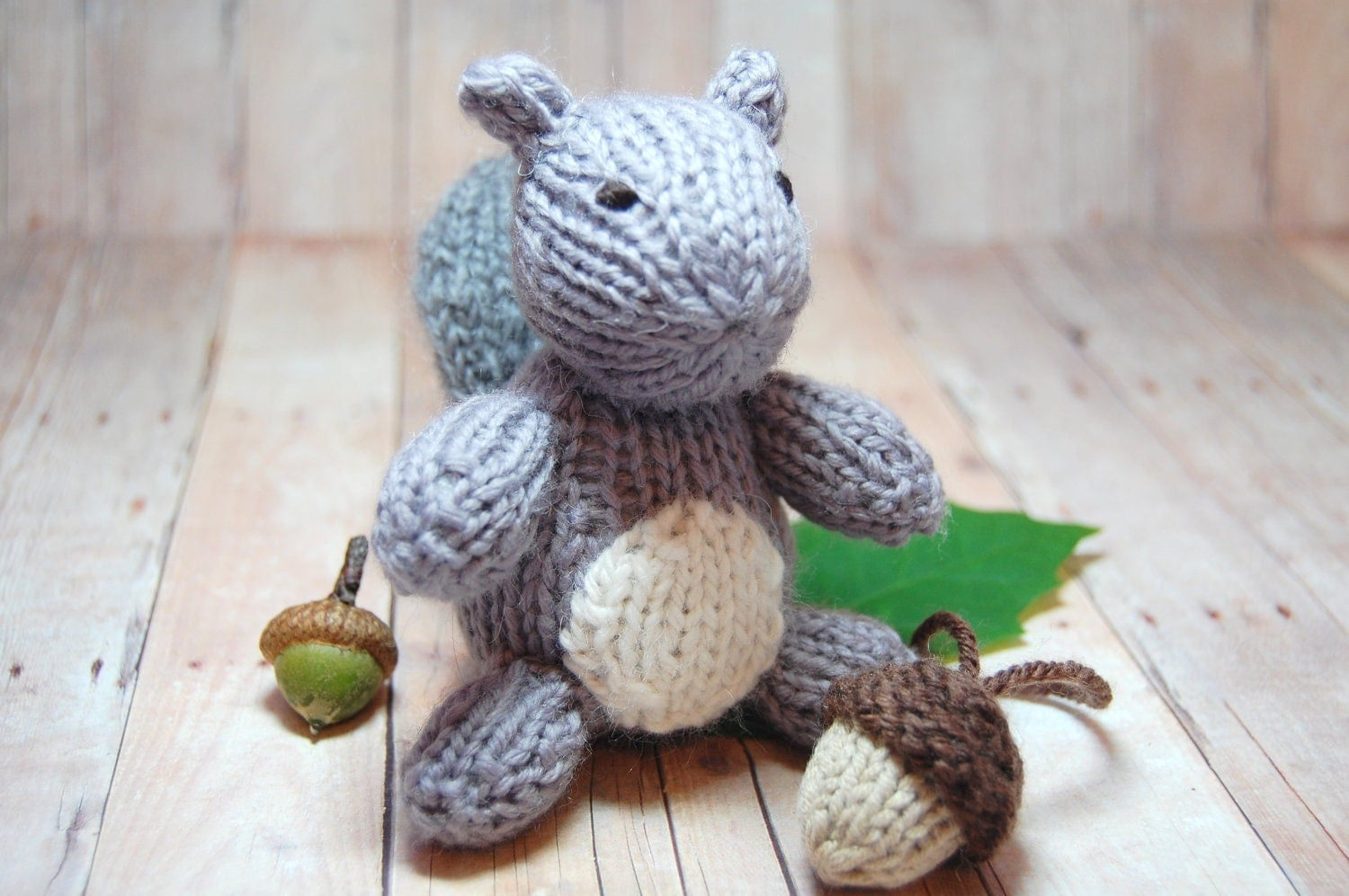 Gray Squirrel with Acorn Knitting Pattern and Picture Tutorial