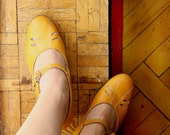 Vintage Leather  Shoes. Yellow Women's Low Heeled Mary Janes made in the USSR in 1980s. Size UK 4-4.5/ 23.5/ IT36.5