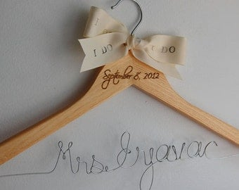 Calligraphy Hanger, Light Wood Hangers, Bridal Wire Hanger, Gift Under 30, Cintre Mariage, Bridesmaid Dress Hanger, Mrs Hanger, Custom Gift