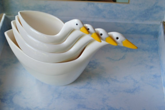 The gift collection.Vintage 70s plastic geese  4 measuring cups.Made by Avon. In original box. Mint condition.