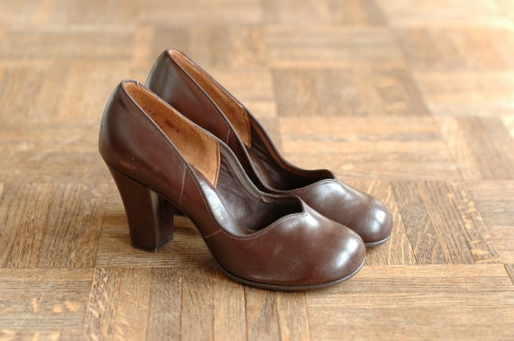 vintage 1940s shoes / 40s dark brown leather baby doll pumps / french moderns / size 4