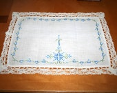 VinTage Table Running - Doily  .  BeaUtiful Tatted LaCe  .  PreTty EmBroideRy  .  Blue and Green