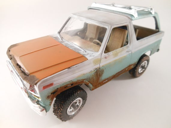 Ford Bronco 1/24 scale model car in white and green
