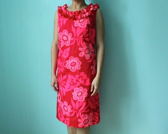 vintage pink mod print Hawaiian dress with ruffled neckline // size 10 // medium