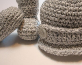 Crochet newsboy hat and booties set.  Gender neutral.  Unisex.  0 to 3 months.  Made to order.  Photo prop.  Baby shower gift.