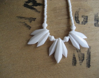 50s Vintage Necklace / milkbead bib style / 1950s jewelry /  Mid Century choker glass necklace / SUMMER TRIP