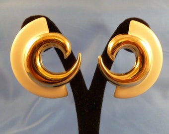 Large Retro White and Gold Swirl Pierced Earrings. (P94)