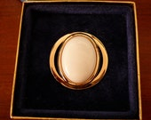 Retro Vintage Avon Brooch Oval White Disc in Round Gold-tone Metal Pin Brooch