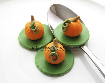 Edible Halloween cupcake toppers - 3D PUMPKIN - Fondant cake decorations Halloween Cupcakes - Thanksgiving   (3 pieces)