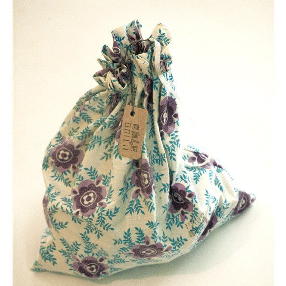 Wooden blocks in a flowered fabric bag (Purple/Light blue)