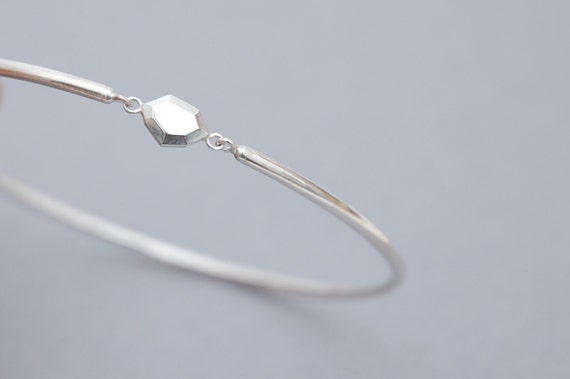 Bangle with faceted polygon center