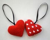 4 petits coeurs en tissu rouge et blanc à suspendre
