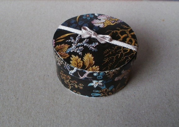 Elegant hat box, black, dollhouse miniature 1/12