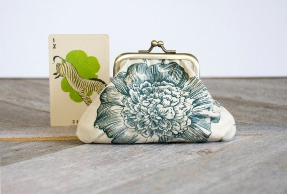 Big Bloom coin purse: Oversized floral print