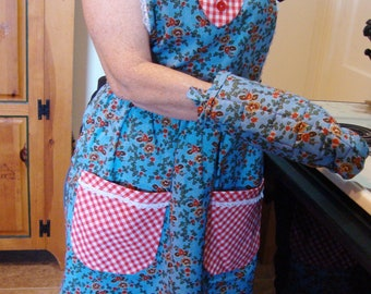 Traditional Fabric and Lace Full Apron with Matching Pot Holder Set