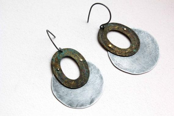 Boucles d'oreille disque de métal et ovale métal patiné et texturé