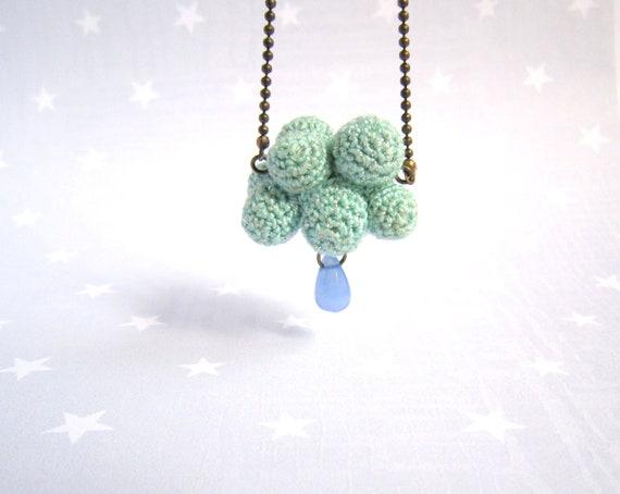 Collier Nuage bleu au crochet avec goutte sur chaine bronze.