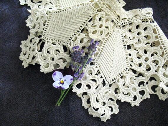 Antique Crochet Collar -  Exquisitely Beautiful - Lovely Original Condition