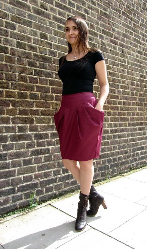 Super feminine knee length skirt with big pockets and deep pleats
