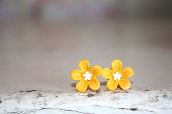 Yellow earring, Sunshine yellow flower earrings, bright yellow flower vintage resin cabochon earrings by the Paisley Moon on Etsy