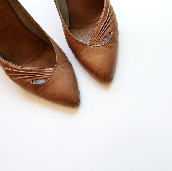 vintage BEIGE leather heels / 1980s CUT OUT toe kitten heels