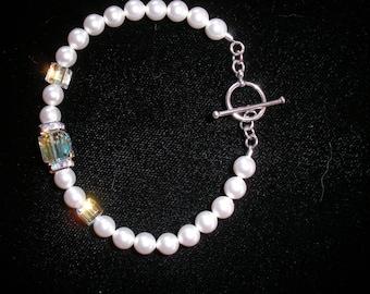 Elegant Pearl Bracelet with Swarovski crystal cubes