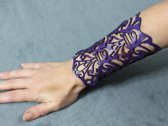 "Cuff ""Victorian"" in purple leather 5-3/4"" wrist"
