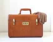 vintage 1940s train case. Samsonite Streamlite in Caramel Brown. Back to school / eveteam fall accessories / the PENN STATION STEAK case