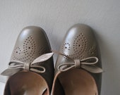 Vintage 70s grey genuine leather, oxford heels  shoes with a bow. Made by Selby in Usa. Size 4 1/2