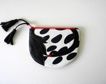 Black swan pouch
