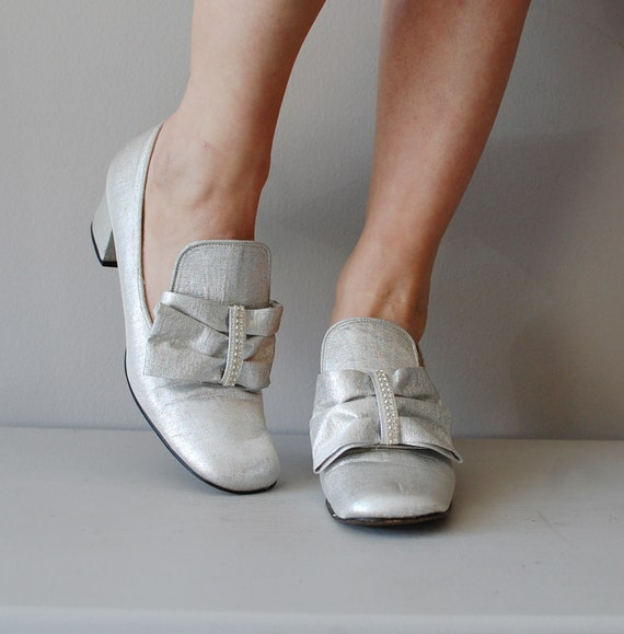 60s mod shoes / metallic silver 1960s heels / Silver Bows