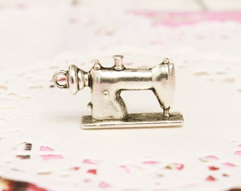 FREE SHIPPING! 1x Pendant - Vintage Sewing Machine  (Silver Coated)  - Jewelry Supply