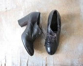 lace up oxford high heels / vintage 1990s dark brown leather ankle boots / 8 B