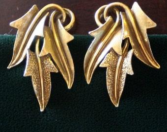 Vintage Mode Art Gold Tone Metal Clip On Earrings 3 Leaf Motif - Signed