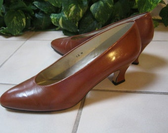 Vintage warm British tan heels,  cognac leather medium heel pump, professional size 6 1/2M low heels by Liz Claiborne