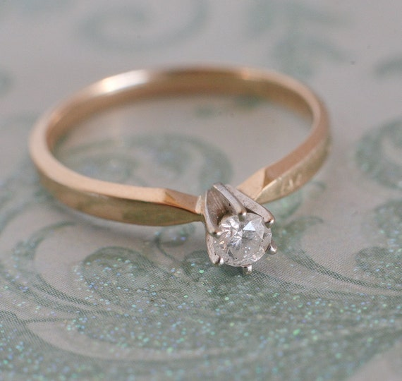 Very attractive .20 carat vintage engagement ring in 14k gold