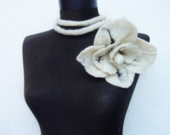 felt white flower necklace, eco friendly, statement necklace, fiber spring lariat