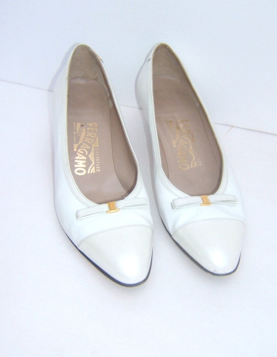 Vintage Ferragamo Pearl and White Pumps With Bow Leather Size 7.5 B