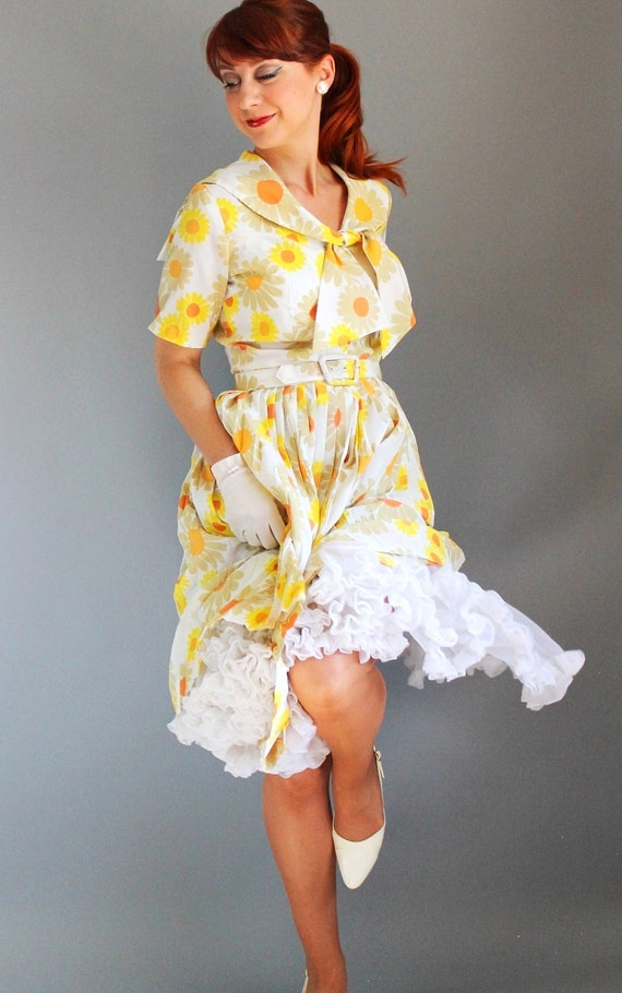 Sale - Vintage 1960s Floral Shirtdress. White Yellow Daisy. Mad Men Fashion. Weddings. Office. Summer. Fall.  Back To School. Size Medium